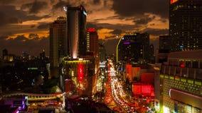 BANGKOK, THAILAND - CIRCA Maart 2017: Cityscape timelapse van de stad in in Bangkok, Thailand bij schemer stock video