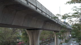 BANGKOK, THAILAND CIRCA Maart 2017: Metro trein die overgaan door Overgroundvervoer stock videobeelden