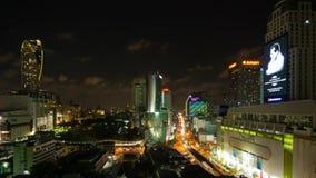 BANGKOK THAILAND - CIRCA mars 2017: Cityscapetimelapse av centret i Bangkok, Thailand på natten stock video