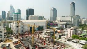 BANGKOK THAILAND - CIRCA mars 2017: Tid schackningsperiod av skyskrapakonstruktion i i stadens centrum Bangkok lager videofilmer