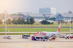 BANGKOK-THAILAND- 7 DE DICIEMBRE DE 2018: Aeroplano de la línea aérea tailandesa del león fotos de archivo