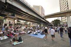 Bangkok/Thailand - 01 14 2014: De gula skjortorna blockerar och upptar Pathum den glåmiga korsningen som delen av operationen för Royaltyfri Bild
