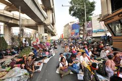 Bangkok/Thailand - 01 14 2014: De gula skjortorna blockerar och upptar Pathum den glåmiga korsningen som delen av operationen för Royaltyfri Fotografi