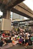 Bangkok/Thailand - 01 14 2014: De gula skjortorna blockerar och upptar Pathum den glåmiga korsningen som delen av operationen för Fotografering för Bildbyråer