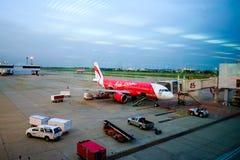 BANGKOK/THAILAND- 16 DE MAIO: Embarcadouro dos aviões de Air Asia em Don Mue Foto de Stock