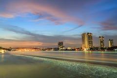 Bangkok Thailand, de Mening Van de binnenstad van Chao Phraya River bij schemering Royalty-vrije Stock Fotografie