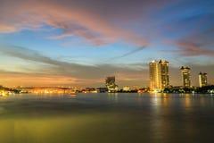 Bangkok Thailand, de Mening Van de binnenstad van Chao Phraya River bij twilig Royalty-vrije Stock Fotografie