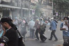 Bangkok/Thailand - 12 02 2013: De protesteerdersrel en neemt Metropolitaans HK van het Politiehuis Stock Foto's