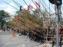 Bangkok/Thailand - 04 30 2010: De rode Overhemden zetten barricades en blok hoofdgebieden rond Centraal Bangkok op stock foto