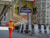 Bangkok/Thailand - 05 05 2010: De rode Overhemden zetten barricades en blok hoofdgebieden rond Centraal Bangkok op stock fotografie