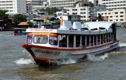 Bangkok, Thailand: De Veerboot van de Rivier van Praya van Chao stock foto's