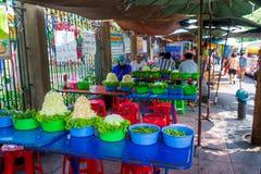 Bangkok, Thailand, de Voorbereiding van Maart 2013 van salades op Thaise openluchtstraatmarkt stock foto