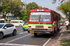 BANGKOK THAILAND DEC 12: Buss nummer 65 som stoppar mitt emot Thammas Royaltyfri Fotografi