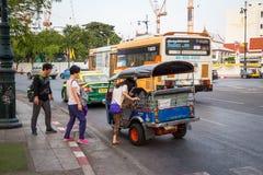 BANGKOK THAILAND DEC 12: Kinesiska turister är får upp på tuk-tuk Fotografering för Bildbyråer