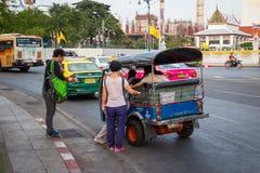 BANGKOK THAILAND DEC 12: Kinesiska turister är får upp på tuk-tuk Royaltyfri Fotografi