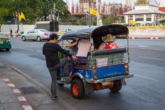 BANGKOK THAILAND DEC 12: Kinesiska turister är får upp på tuk-tuk Royaltyfria Bilder