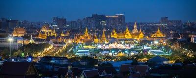 BANGKOK, THAILAND - DEC 5, panoramasikt på Sanam Luang och storslagen slott, 5 December 2014 Royaltyfri Bild