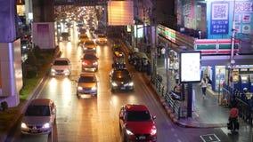 BANGKOK, THAILAND - 18 DECEMBER, 2018: Auto's in een opstopping op de weg van de overbevolkte Aziatische stad van Thais kapitaal stock video