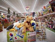 BANGKOK THAILAND - DECEMBER 31: Big Bear leksak som säljs på korg i supermarket på December 31, 2018 i Bangkok, Thailand royaltyfri fotografi
