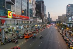 BANGKOK, THAILAND - December 24, 2017: Big C supercenter, in the opposite of Central World, on Ratchadamri road. Ar traffic near the Big C suppercenter Royalty Free Stock Photos