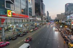 BANGKOK, THAILAND - December 24, 2017: Big C supercenter, in the opposite of Central World, on Ratchadamri road. Ar traffic near the Big C suppercenter Royalty Free Stock Images