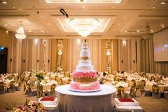 Bangkok Thailand - December 3, 2016: Bröllopstårta dekorerad intelligens royaltyfri bild