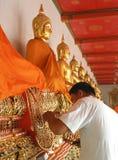 BANGKOK, 24 THAILAND-DECEMBER: De kunstenaar die oude Boedha herstellen wat meer dan 200 jaar rond de belangrijkste tempel Royalty-vrije Stock Fotografie