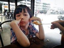 BANGKOK, THAILAND - DECEMBER 25: De niet geïdentificeerde schijnbaar uncaring jongen negeert zijn moeder aangezien zij probeert o royalty-vrije stock fotografie