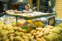 BANGKOK, THAILAND - December 26, 2017: De niet gedefiniëerde Aziatische verkoper verkoopt mangoschotels in een winkelcomplextermi Stock Afbeelding