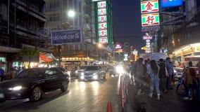 BANGKOK THAILAND - December 21, 2017: Den Kina stadnatten tände kinesiskt engelskt tecken på gatan nära till avlägset med upptage stock video