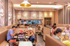 BANGKOK THAILAND - DECEMBER 16: Den oidentifierade asiatiska familjen tycker om mat i den Yayoi Japanese restaurangen i den BicC  royaltyfri fotografi