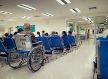 BANGKOK THAILAND - DECEMBER 13: Den oidentifierade höga mannen väntar i en rullstol för att se på doktorn i det Vajira sjukhuset  royaltyfri fotografi