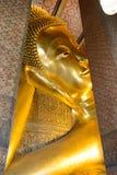 BANGKOK, THAILAND - DECEMBER 29, 2012: doende leunen Boedha in Wat P Stock Afbeeldingen