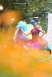 BANGKOK, THAILAND - DECEMBER 13, 2014: Een niet geïdentificeerde vrouwelijke dans en verspreiding haar kleurrijke kleding Royalty-vrije Stock Foto