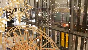 Bangkok Thailand - 18 December, 2018: EmQuartier Inre av en stor modern shoppinggalleriamitt dekorativt stock video