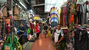 Bangkok Thailand - December 22, 2018: Folk- och utlänninghandelsresande som går på den Chatuchak helgmarknaden i Bangkok lager videofilmer
