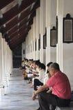 Bangkok Thailand - December 02, 2012: Folk under böner i en buddistisk tempel Royaltyfri Bild