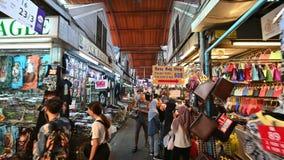 Bangkok Thailand - December 22, 2018: Handelsresande för thailändskt folk som och utlänninggår shopping- och besöklokalen, shoppa stock video