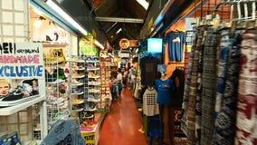 Bangkok Thailand - December 22, 2018: Hyper tidschackningsperiod av turist- shopping på den Chatuchak helgmarknaden stock video
