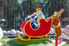 Bangkok Thailand: December 3, 2017 julgarnering med julgranen, Santa Claus Sculpture, ren och annan tecknad film Royaltyfria Bilder