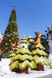 Bangkok Thailand: December 3, 2017 julgarnering med julgranen, Santa Claus Sculpture, ren och annan tecknad film Royaltyfria Foton