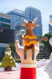 Bangkok Thailand: December 3, 2017 julgarnering med julgranen, Santa Claus Sculpture, ren och annan tecknad film Arkivbild
