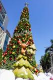 Bangkok Thailand: December 3, 2017 julgarnering med julgranen, Santa Claus Sculpture, ren och annan tecknad film Royaltyfri Bild