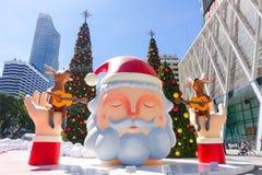 Bangkok Thailand: December 3, 2017 julgarnering med julgranen, Santa Claus Sculpture, ren och annan tecknad film Fotografering för Bildbyråer