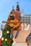 Bangkok Thailand: December 3, 2017 julgarnering med julgranen, Santa Claus Sculpture, ren och annan tecknad film Arkivbilder