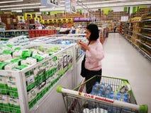BANGKOK THAILAND - DECEMBER 31: köpande socker för oidentifierad kvinna på supermarket på December 31, 2018 i Bangkok, Thailand arkivbilder
