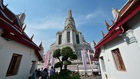 Bangkok Thailand - December 25, 2018: Kamera som flyttar sig till den centrala pagoden på Wat Arun arkivfilmer