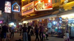 BANGKOK, THAILAND - December 22 2017: Khaosanweg in de nacht De mensen lopen stock videobeelden