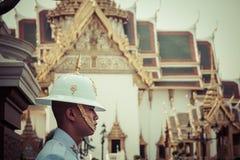Bangkok Thailand, December 13,2013: Konungar bevakar i storslagen kunglig vän Arkivbild