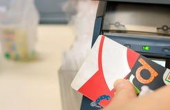 BANGKOK THAILAND - DECEMBER 23: Kunden använder kortet för kassa 7-Eleven för att göra betalningar på det lämpliga lagret för lok royaltyfri fotografi
